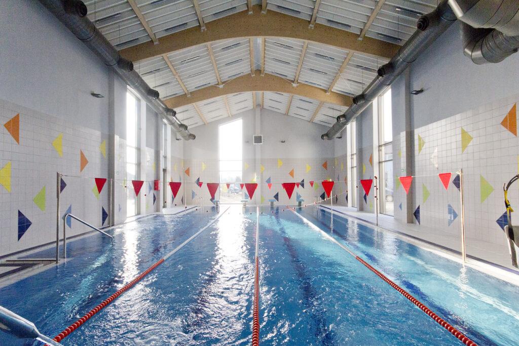 wnętrze hali basenowej